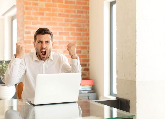 Agresywnie krzyczeć z gniewnym wyrazem twarzy lub z zaciśniętymi pięściami świętując sukces