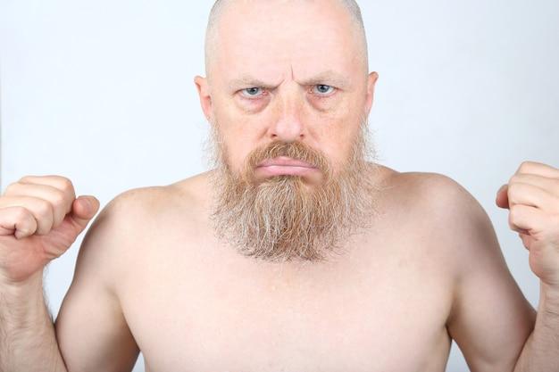 Agresywny brodaty mężczyzna z pięściami