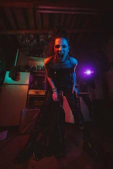 Agresywny cyberpunk dziewczyna żołnierz w stylu militarnym. postapokaliptyczny styl. steampunkowy cosplay