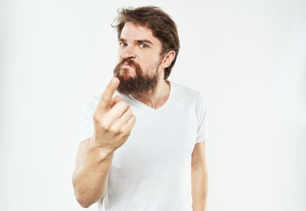 Agresywny mężczyzna gesty rękami na jasnym tle