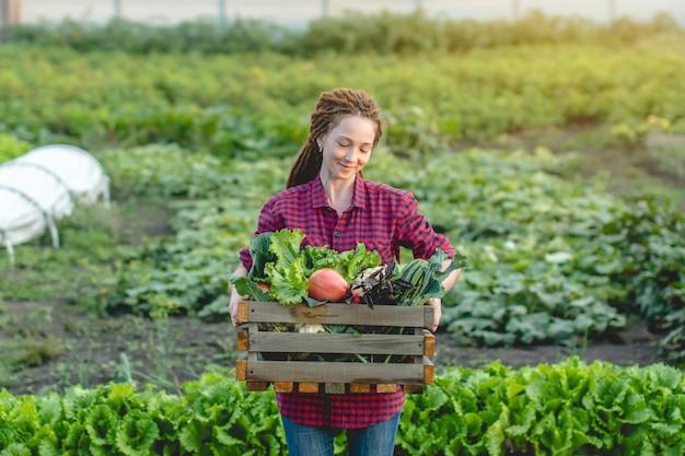 Agronom kobieta rolnik trzyma pudełko świeżych warzyw