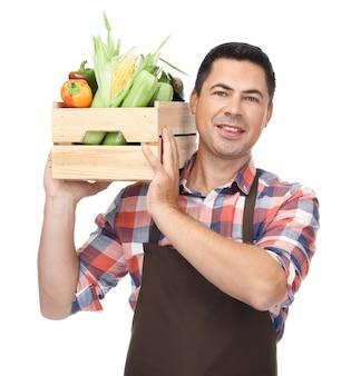 Agronom z zdrowymi warzywami na białym tle