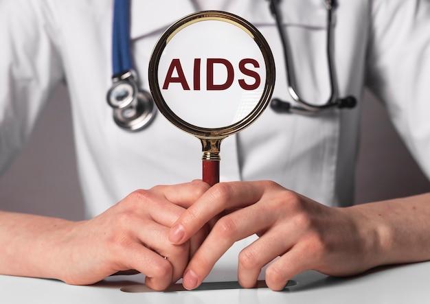 Aids akronim słowo napis w rękach lekarza.