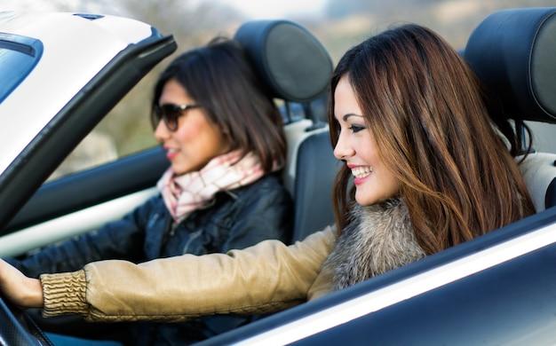 Aire libre coche dos sonrisa joven