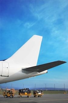 Airplain tale i wózek bagażowy