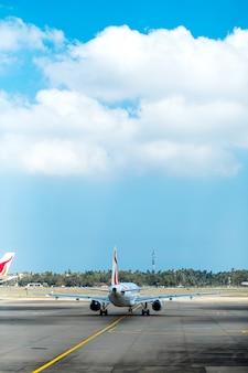 Airplaine na lotnisku przygotowuje się do lotu