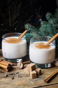 Ajerkoniak (tradycyjny jajko), tradycyjny świąteczny zimowy napój z cynamonem, goździkami i gałką muszkatołową. domowe napoje. zimowy świąteczny nastrój.
