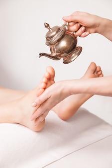 Ajurwedyjski zabieg masażu stóp z olejkiem w spa