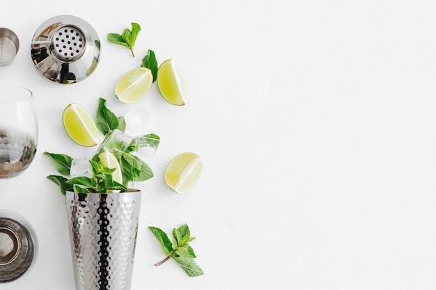 Akcesoria barowe i składniki do robienia koktajlu mojito. płaski świeckich, widok z góry. letnie napoje.