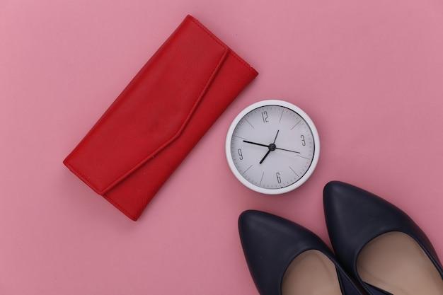 Akcesoria damskie. buty na wysokim obcasie, portfel, zegar na różu.