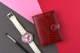 Akcesoria dla kobiet, czerwony wizytownik, zegarek na rękę, pędzel do makijażu