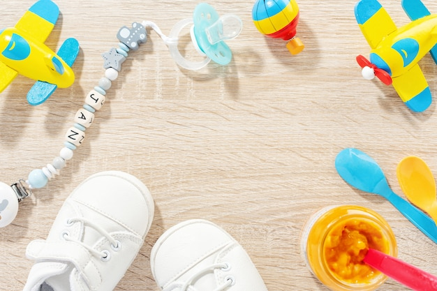 Akcesoria dla niemowląt do opieki zdrowotnej, zabawy i karmienia na stole. flat lay. koncepcja dziecka lub dzieci.
