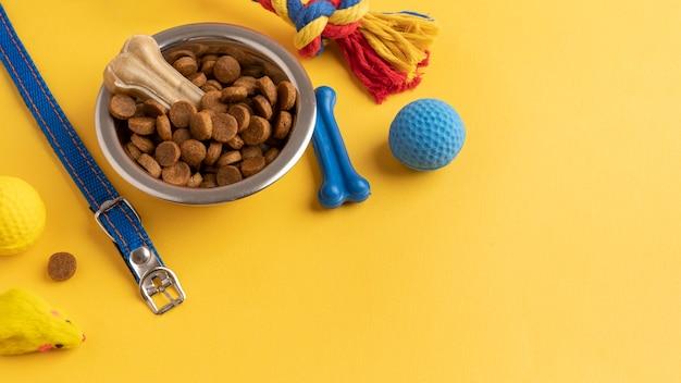 Akcesoria dla zwierząt domowych martwa koncepcja z piłką do żucia