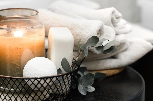 Akcesoria do kąpieli i płonąca świeca. koncepcja pielęgnacji i higieny ciała.