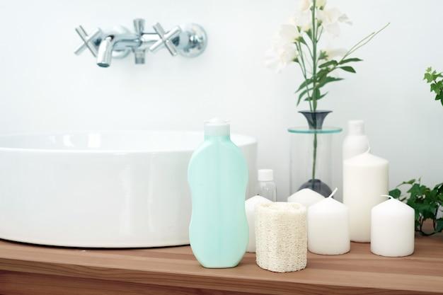 Akcesoria do kąpieli - miseczka, dozownik mydła i kosmetyki pielęgnacyjne do higieny osobistej