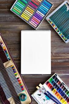 Akcesoria do malowania, ołówki, pędzle, farby akwarelowe, kredki pastelowe