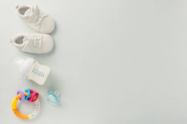 Akcesoria do pielęgnacji niemowląt leżą płasko