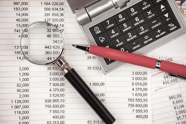 Akcesoria do robienia interesów w biurze na stole