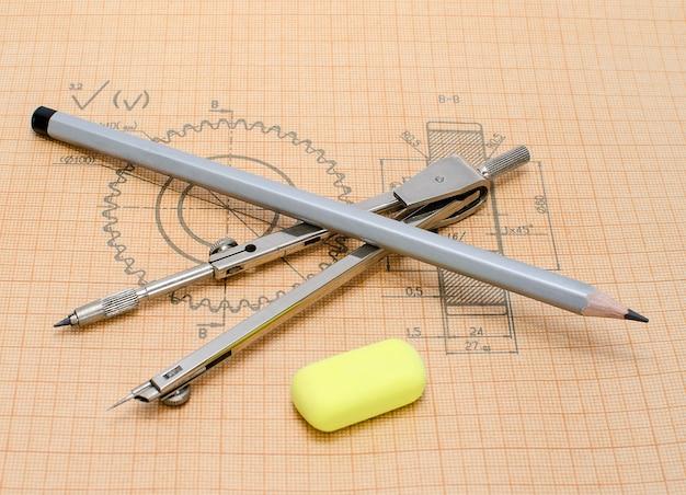 Akcesoria do rysowania na papierze milimetrowym