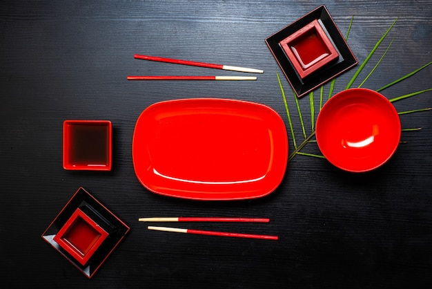 Akcesoria do sushi na drewnianym stole. ścieśniać. selektywna ostrość.