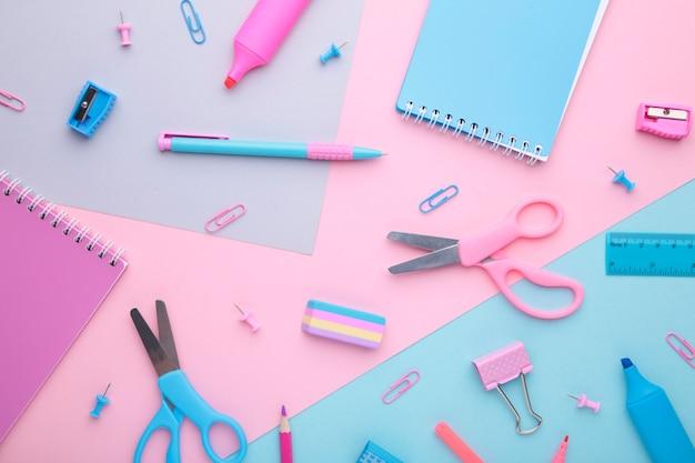 Akcesoria do szkoły na kolorowe tło. powrót do koncepcji szkoły, minimalizm.
