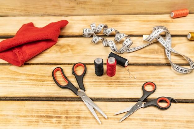 Akcesoria do szycia i szycia na drewnianym tle. hobby dla kobiet