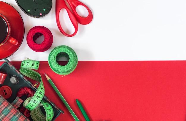 Akcesoria do szycia w kolorach czerwonym i zielonym. widok z góry