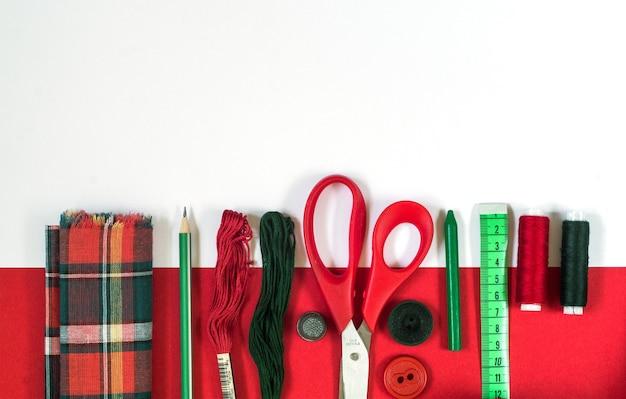 Akcesoria do szycia w kolorach czerwonym i zielonym.