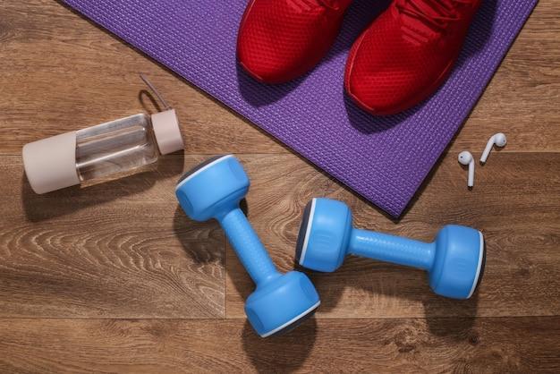 Akcesoria do uprawiania sportu lub fitnessu na drewnianej podłodze.