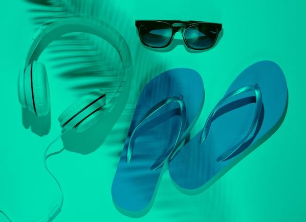 Akcesoria Do Wypoczynku Na Plaży Klapki Słuchawki Okulary Przeciwsłoneczne Premium Zdjęcia