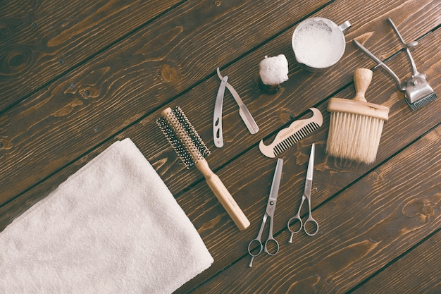 Akcesoria do zakładów fryzjerskich na drewnianym stole. przestrzeń kopia tło fryzjera