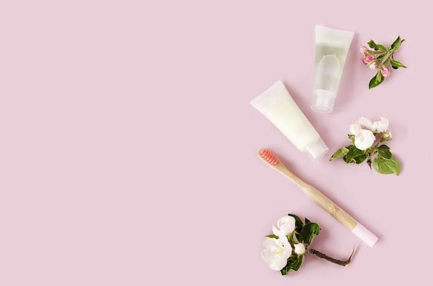 Akcesoria łazienkowe, bambusowe szczoteczki do zębów, naturalna ziołowa pasta w ekologicznym domu. zero marnowania.