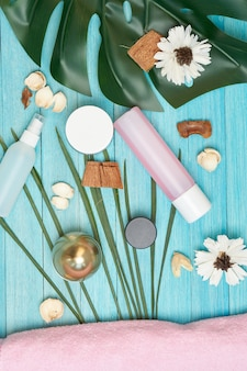 Akcesoria łazienkowe kosmetyki mydło zielone liście niebieskie tło drewniane