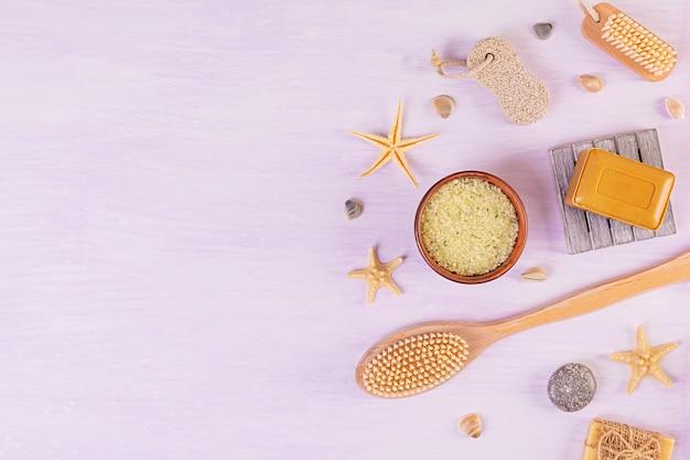 Akcesoria łazienkowe. produkty do pielęgnacji urody i spa. koncepcja naturalnych kosmetyków spa i pielęgnacji ciała. widok z góry
