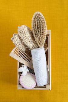 Akcesoria łazienkowe z naturalnego drewna. dbanie o zdrowie: samoopieka. zero marnowania. ekologiczny dom.