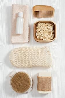Akcesoria łazienkowe z naturalnego materiału, zestaw zero waste do łazienki