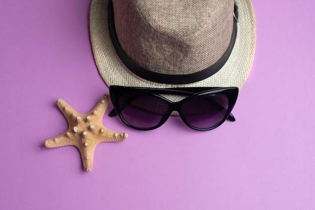 Akcesoria letnie, muszle, kapelusz i okulary przeciwsłoneczne. koncepcja lato wakacje i morze.