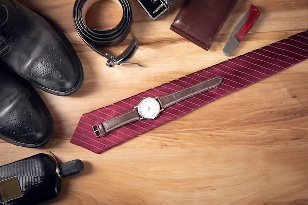 Akcesoria męskie na brązowym drewnianym stole