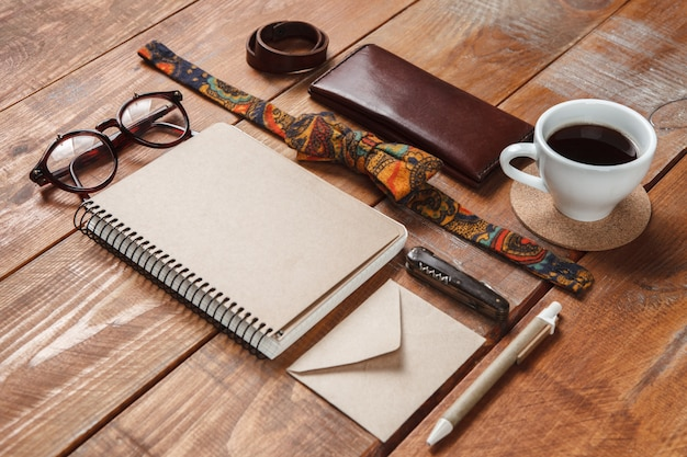 Akcesoria męskie na drewnianym stole