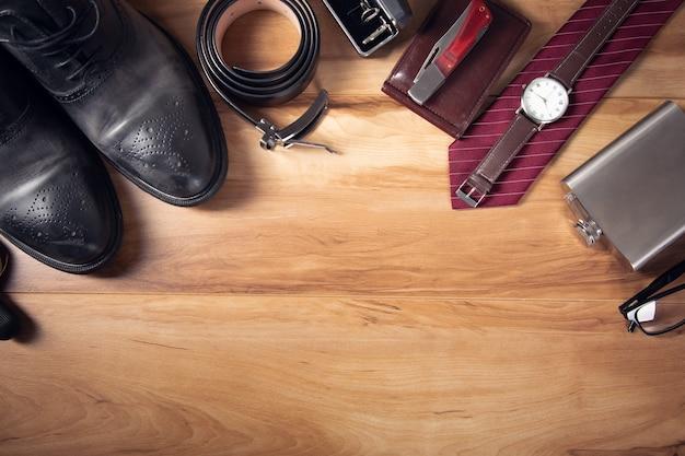 Akcesoria mężczyzna z butelką alkoholu na drewnianym stole