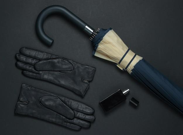 Akcesoria mody damskiej na czarnym tle. piankowe rękawiczki, butelka perfum, parasolka. widok z góry