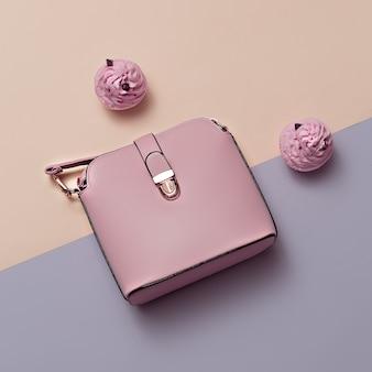 Akcesoria mody damskiej. różowy torebka pastelowe kolory trend minimal