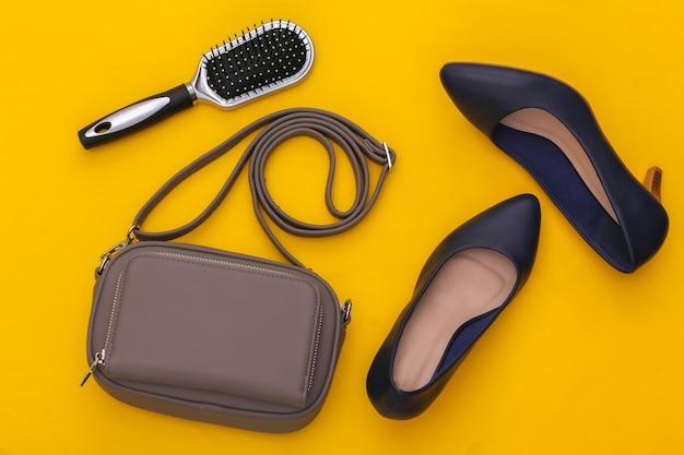 Akcesoria mody dla kobiet na żółtym tle. widok z góry.