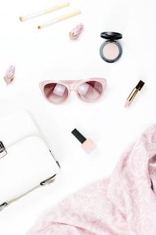 Akcesoria mody i urody kobiet - torebka, okulary przeciwsłoneczne, szalik, kosmetyki. kolekcja mody wiosna koncepcja.