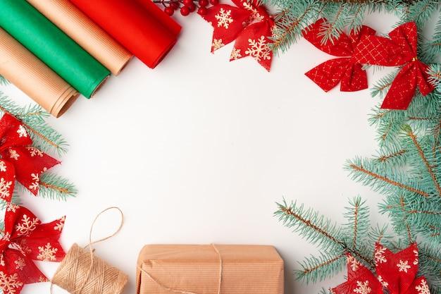 Akcesoria na prezenty świąteczne dekorowanie na biały, widok z góry, lato