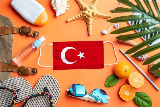 Akcesoria na wakacje na plaży wokół maski ochronnej z flagą turcji