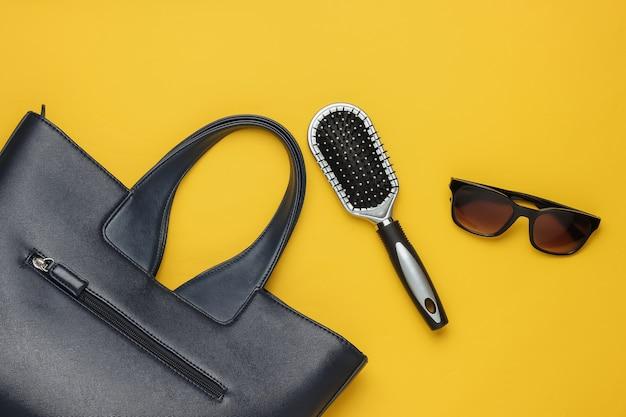 Akcesoria odzieżowe damskie w stylu płaskich świeckich na żółtym tle worek okulary grzebień