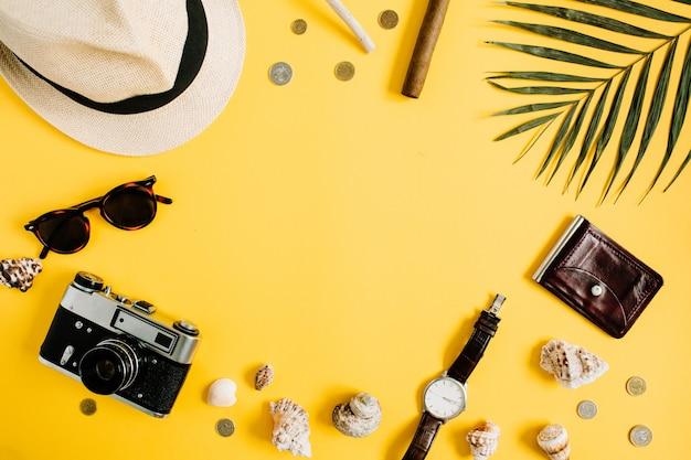 Akcesoria płaskie świeckich podróżnych na żółtym tle z pustą przestrzenią na tekst. koncepcja podróży lub wakacji z widokiem z góry