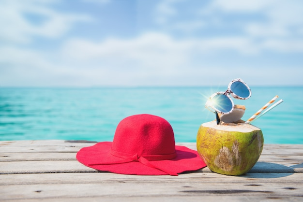 Akcesoria plażowe na stole na plaży - letnie wakacje. koncepcja lato w pattaya, tajlandia.