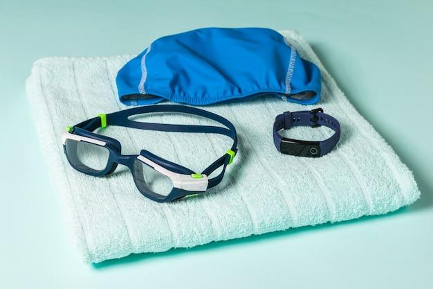 Akcesoria pływackie na niebieskim ręczniku